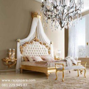 Tempat tidur klasik mewah gold model desain set kamar terbuat dari kayu mahoni cat duco emas ukiran Jepara modern terbaru harga murah